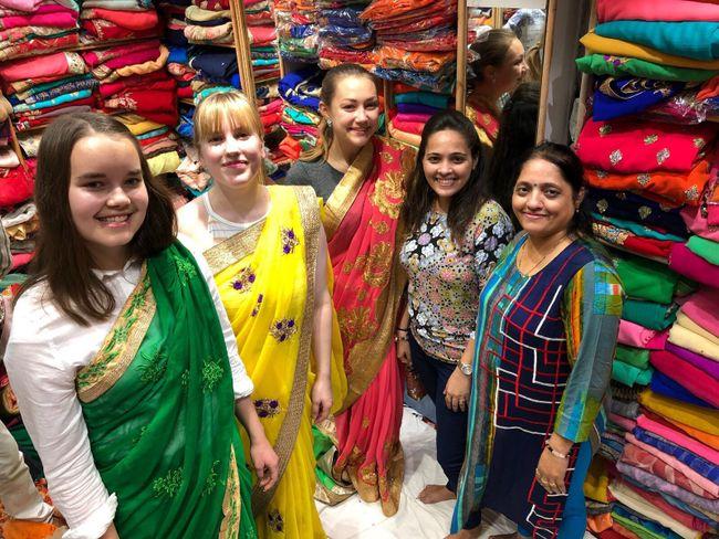 Beim Sarikauf am ersten Abend
