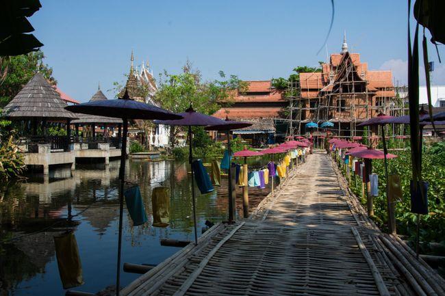 im Innenhof in einem der unzähligen Tempel in Chiang Mai