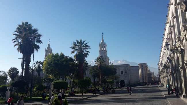 Plaza de Armas mit Kathedrale und dem Vulkan Chachani im Hintergrund