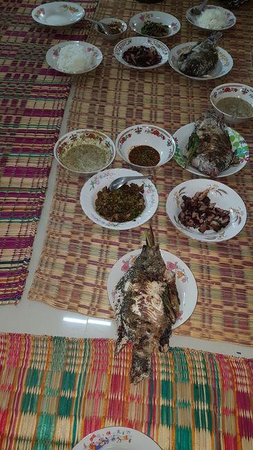 Unser Frühstück. Es gab, wie zu jeder Mahlzeit des Tages, Reis. Und Beilagen. Der Fisch war super!