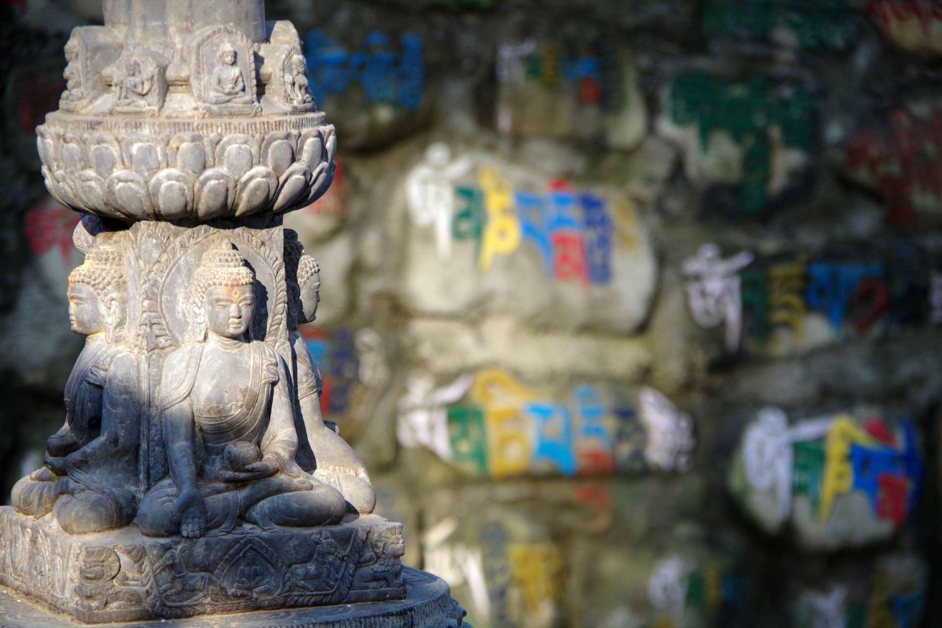 Manisteine und Stupa