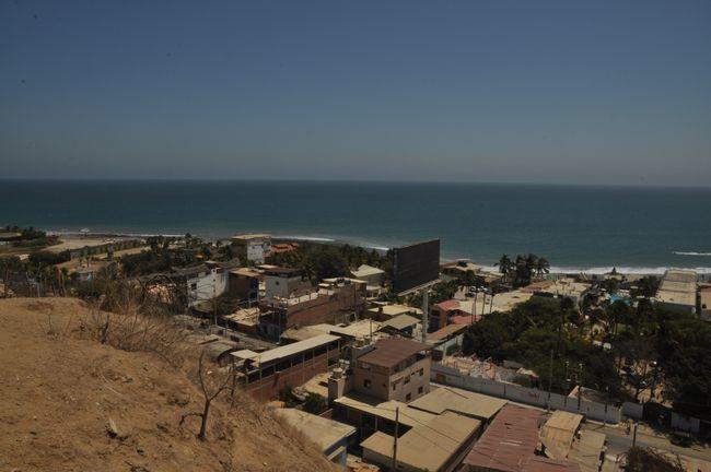 Blick über die Blechdächer von Máncora vom Faro aus