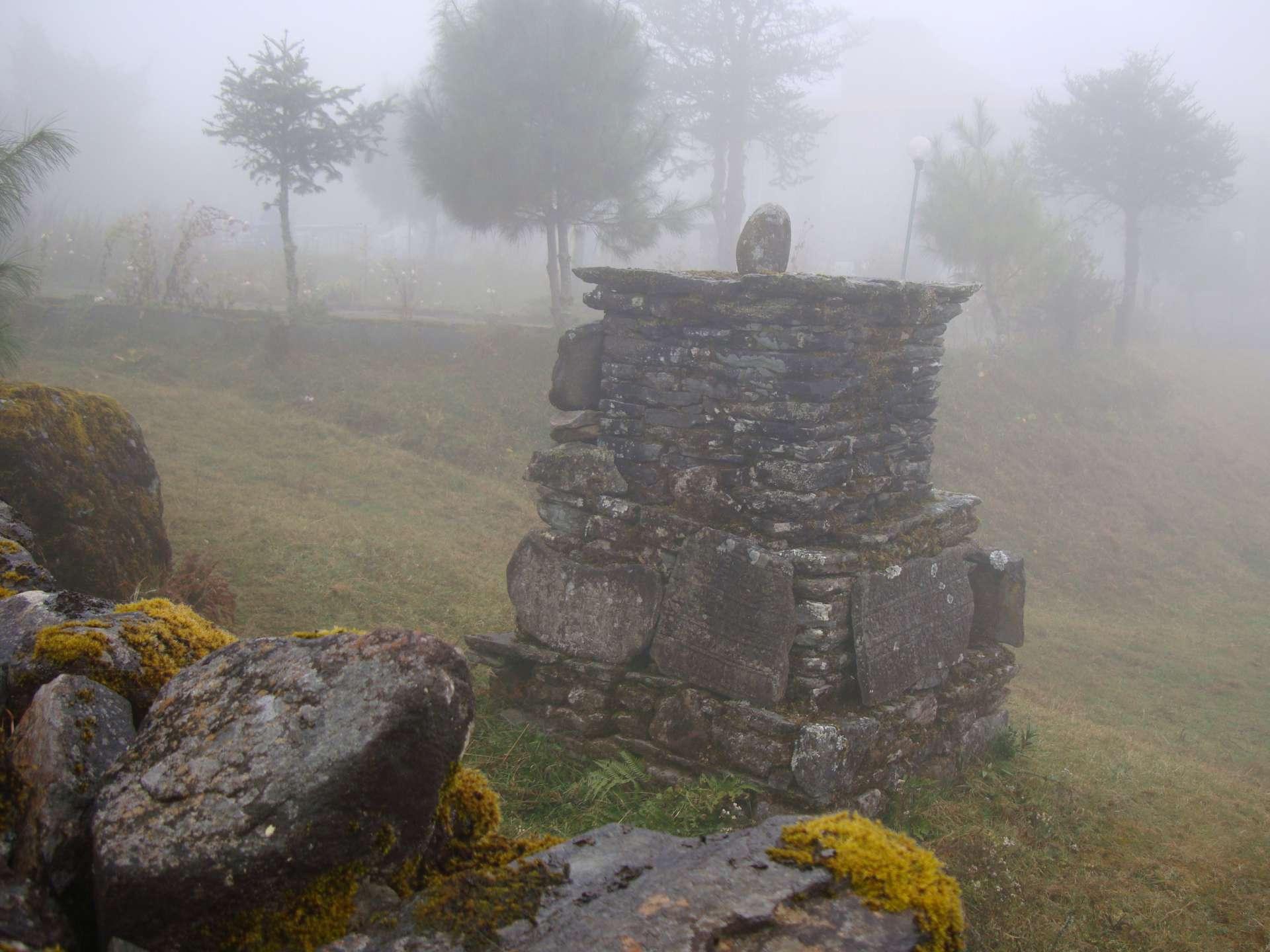 Manisteine im Nebel