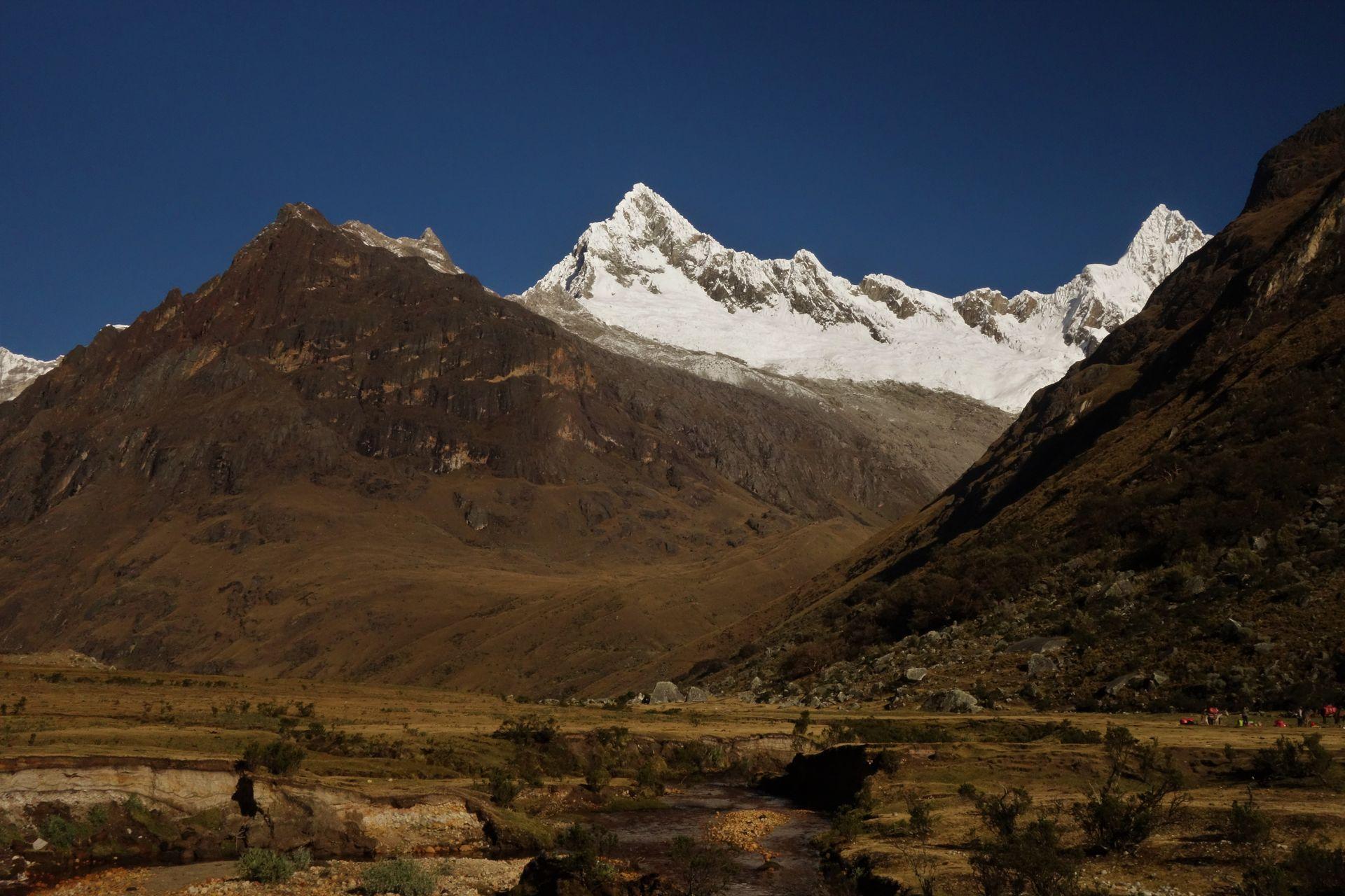 Alpamayo. Am Vormittag ging es rechts rein und rauf in die Schlucht zur Laguna Arhuaycocha auf 4420m. Am Nachmittag dann links entlang.