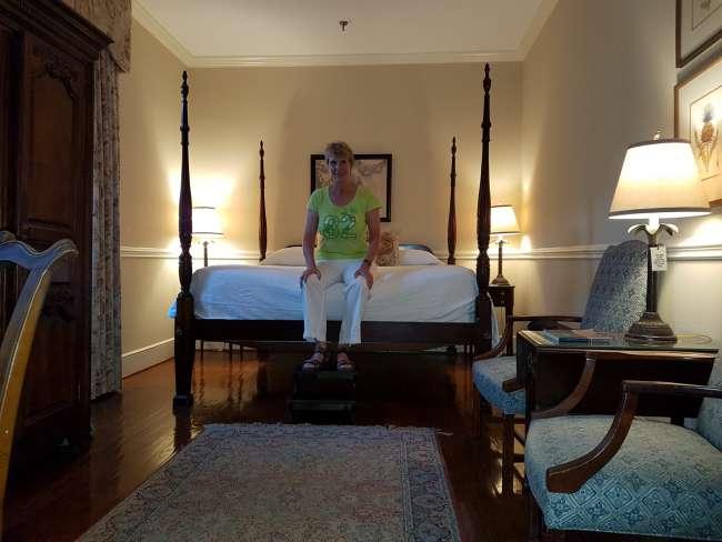 wir sind innerhalb des hotels in ein anderes zimmer umgezogen hat jemand schon mal so ein hohes. Black Bedroom Furniture Sets. Home Design Ideas