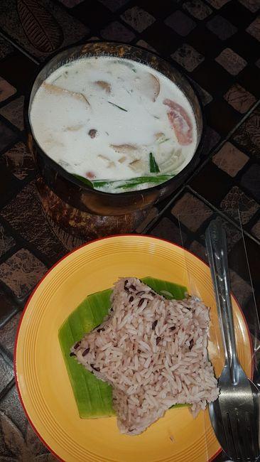Mein Mittagessen (nennt sich Tom Kha Khai). Kokosnusssuppe mit viel Gemüse darin und Reis. Super lecker!