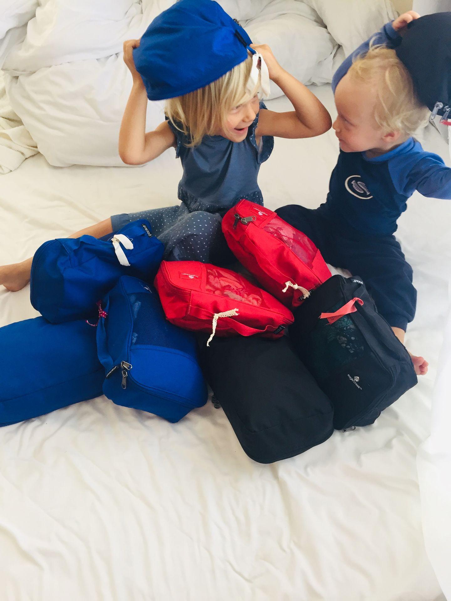 Das sind alle Kleider, die wir dabei haben. Und 2 Kinder.