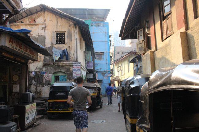 Vor dem Hostel in Bandra