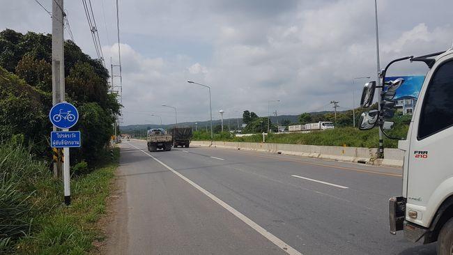 Die Schnellstraße mit einem Schild auf der linken Seite, dass auf dem Standstreifen Fahrräder erlaubt sind. In Deutschland unmöglich.