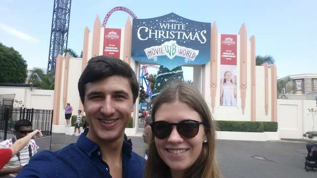 Am Eingang der Warner Bros. Movie World - von wegen White Christmas! :D