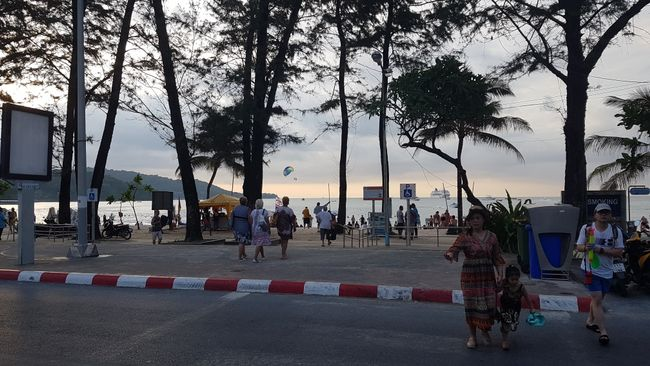 Der Patong Strand bei Tag.