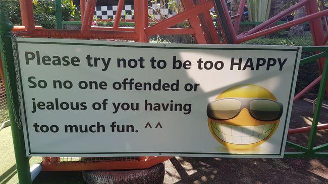 """""""Versuche bitte, nicht zu fröhlich zu sein. Sonst wird sich niemand ärgern und eifersüchtig sein, dass du so viel Spaß hast."""""""