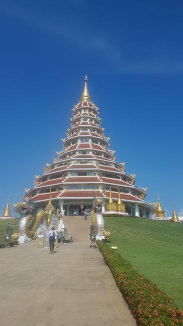 Der Wat Huay Pla Kang. Eine Pagode mit acht Stockwerken plus Erdgeschoss.