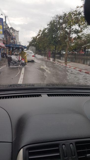 Fahrt zum Bus Terminal im Regen.