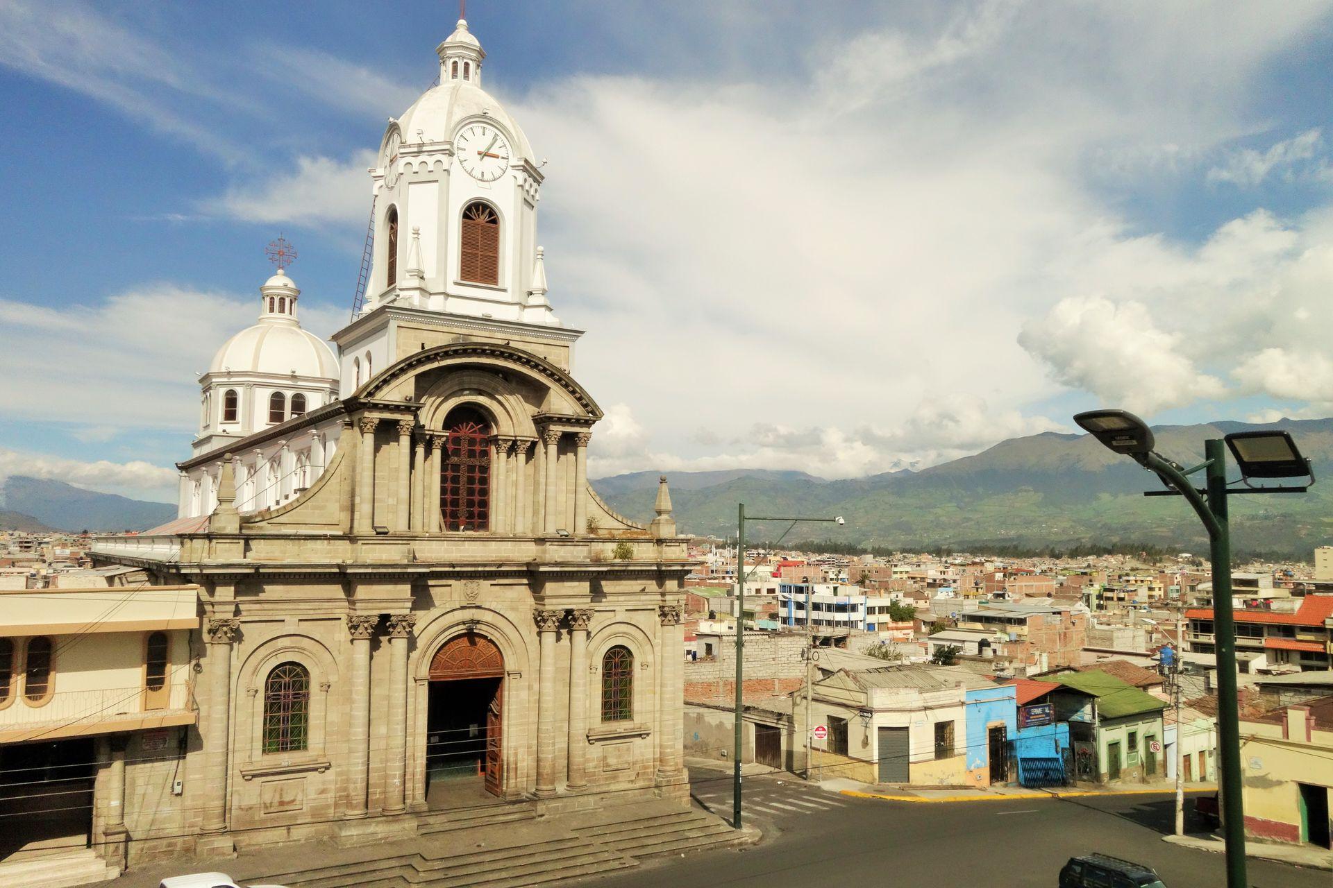 Riobamba hat auf mich irgendwie wie ein Strandort gewirkt. Um mich nochmal zu vergewissern, dass es nicht so ist bin ich auf den nächsten Hügel gestiegen. Kein Meer in Sicht. Wenns unbweölkt ist, kann man sogar bis zum Chimborazo schauen.