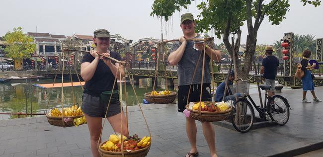 Zuerst durften wir die Last der Obstverkäuferinnen tragen und dann haben Sie uns für wenig Obst um viel Geld erleichtert